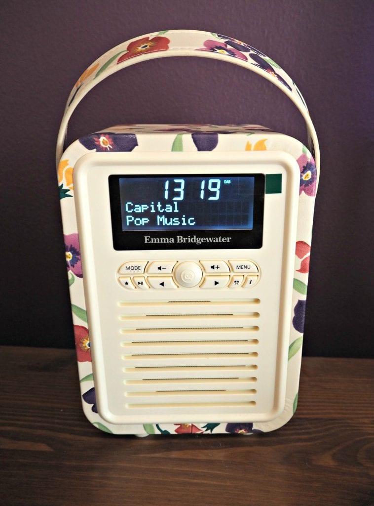 My-VQ-retro mini-radio-close-up-on