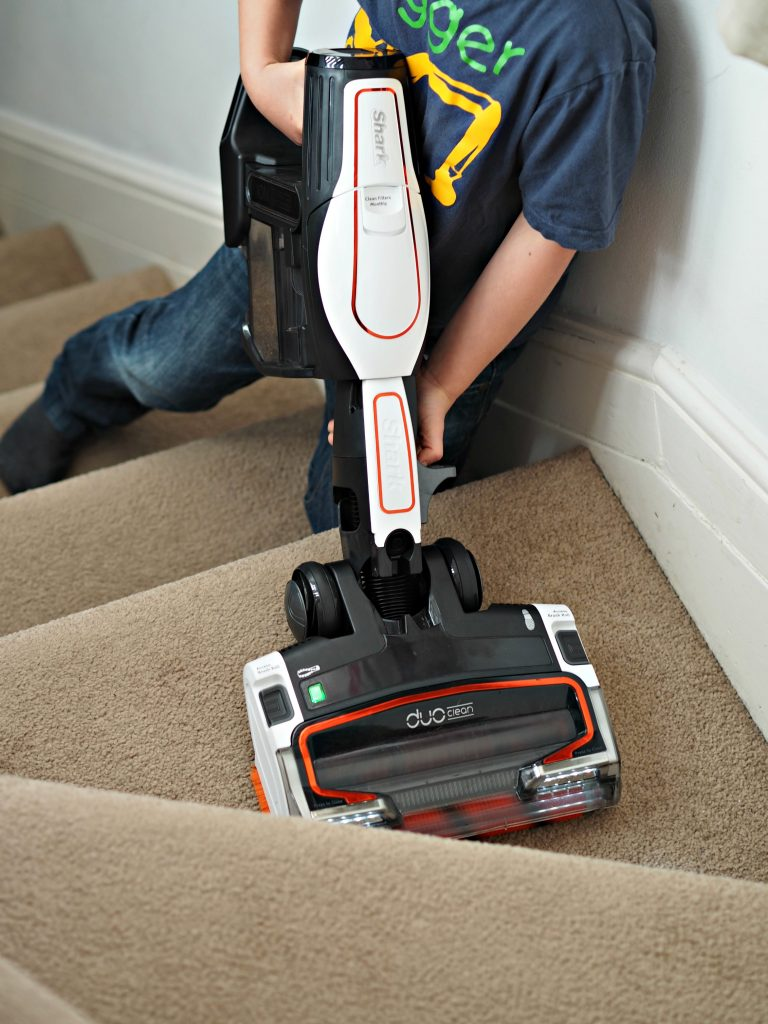 Shark Cordless Duo Clean IF250UK Vacuum Cleaner - cleaning the stairs 1