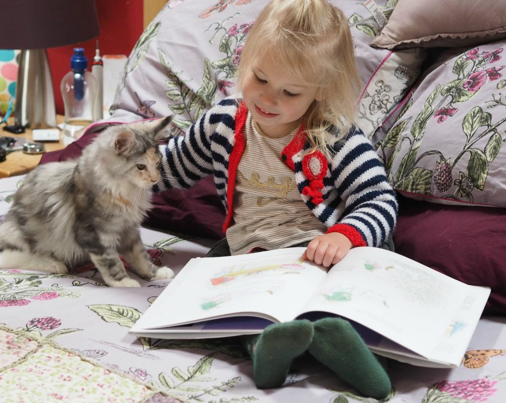 CHILDREN'S BOOK REVIEW Katinka's Tail by Judith Kerr - Aria and Sparkle reading the book
