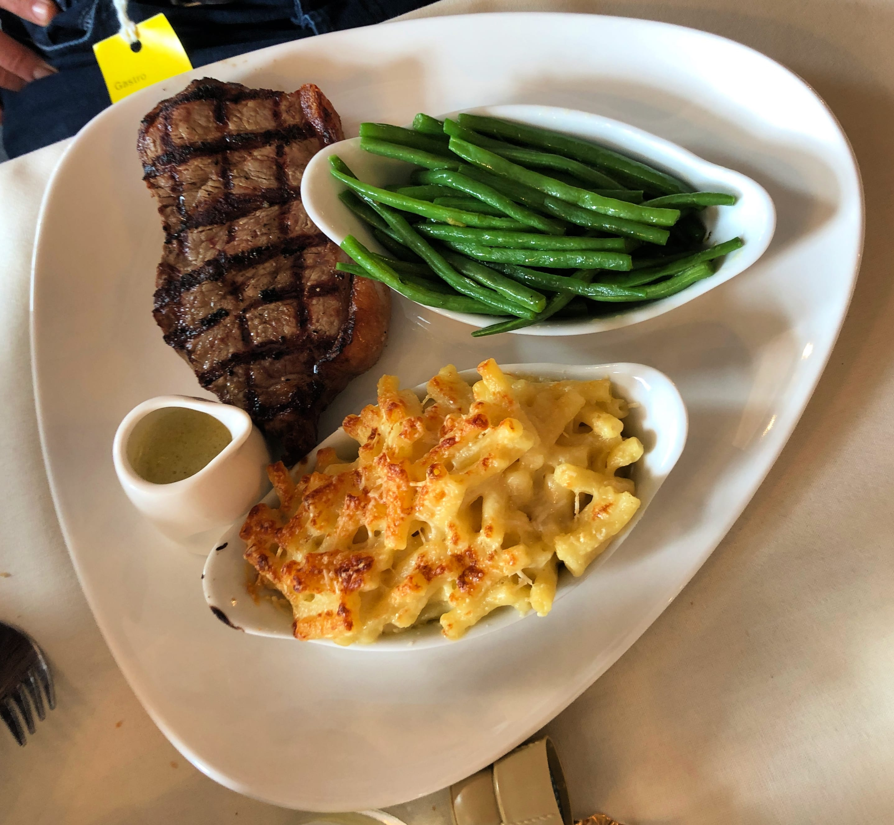 Steak and macaroni cheese with beans